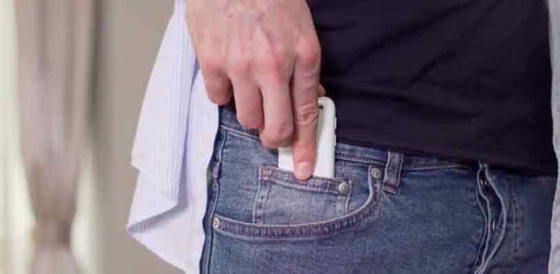 Смартфон Jelly помещается в маленьком кармане джинсов