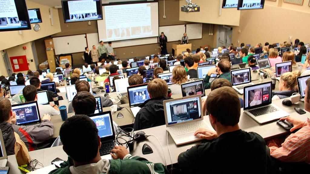Студенты с нетбуками