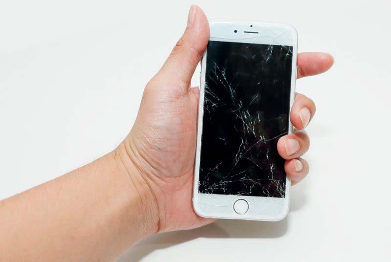 Apple iPhone с разбитым экраном